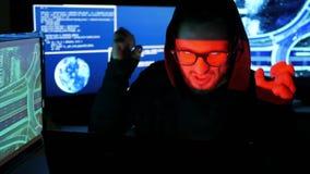 Misdadig hakker barstend systeem, computerterrorisme, onwettig het volgen van mensen, voorwerpen, Internet-spionage stock video