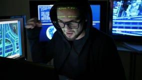 Misdadig hakker barstend systeem, computerterrorisme, onwettig het volgen van mensen, voorwerpen, Internet-spionage stock footage