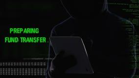 Misdadig sluitend bankveiligheidssysteem op tablet, onwettige fondsenoverdracht stock video
