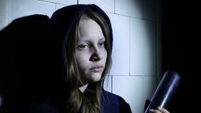 Misdadig tienermeisje met honkbalknuppel, jonge hooligan 4k UHD stock videobeelden