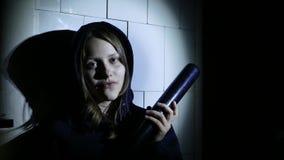Misdadig tienermeisje met honkbalknuppel, jonge hooligan 4k UHD stock video