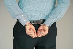 Misdadige handen die in handcuffs worden gesloten De mening van de close-up royalty-vrije stock fotografie