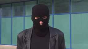 Misdadige mensendief of rover die in masker camera bekijken stock footage