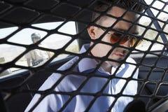 Misdadige Zitting in Politiewagen Royalty-vrije Stock Foto