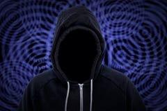 Misdadiger de met een kap van de Computerhakker met Binaire Code Stock Foto