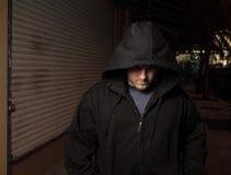 Misdadiger die de straten loopt stock fotografie