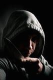 Misdadiger die met een kap een mes houden Royalty-vrije Stock Foto