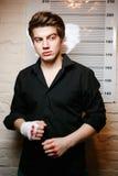Misdadiger in een politiebureau Stock Fotografie