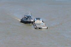 Misdadigersboot op de rivier stock fotografie