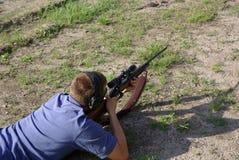 Mise à feu d'une vue du fusil 30-06 le long de fusil Image stock