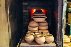 Mise à feu de la poterie dans le four image stock