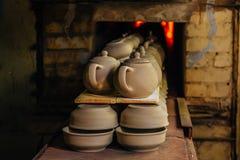 Mise à feu de la poterie dans le four photos stock