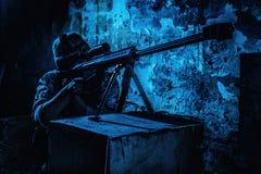 Mise à feu de tireur isolé d'armée avec le fusil de 50 calibres la nuit photos libres de droits