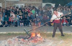 Mise à niveau des charbons chauds avant la danse aux jeux de Nestinar dans le village de Bulgari, la Bulgarie Image libre de droits
