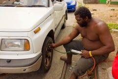Mise de l'air dans une roue sur une île des Caraïbes Photo stock