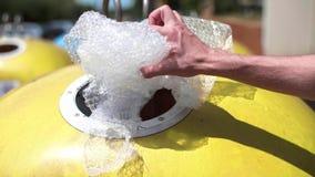 Mise de l'enveloppe de bulle dans le bac de recyclage clips vidéos