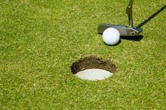 Mise de la bille de golf pour trouer Photographie stock