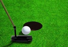 Mise de la boule de golf près du trou avec l'espace de copie Photographie stock