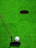 Mise de la boule de golf près du trou avec l'espace de copie Photo libre de droits