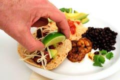 Mise de la limette sur le Taco de crevette Photos stock