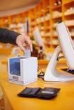 Mise de main par la carte de crédit dans la carte Photos libres de droits