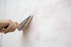 Mise du plâtre sur le mur avec la spatule photo libre de droits