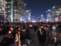 Mise en accusation de parc : Protestataires s'asseyant avec des bougies Image stock