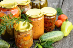 Mise en boîte à la maison, légumes en boîte Photographie stock libre de droits