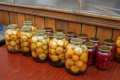 Mise en boîte à la maison Moisson de la compote de fruits pour l'hiver photos libres de droits