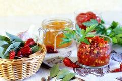 Mise en boîte à la maison poivre Piment fort mariné avec des épices dans des pots image stock