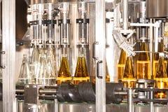 Mise en bouteilles des boissons - usine de mise en bouteilles photographie stock libre de droits