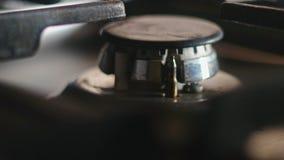 Mise en marche de la cuisinière à gaz banque de vidéos