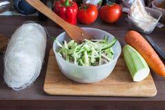 Mise en miejsca ustawianie składniki dla gościa restauracji na drewnianej tnącej desce przed przygotowaniem, bacground diety styl Obrazy Stock