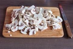 Mise en-Platzeinrichtung von Bestandteilen für Abendessen auf hölzernem Schneidebrett vor Vorbereitung, bacground Diätlebensstil Stockbild