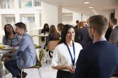 Mise en réseau de délégués pendant la pause-café à la conférence images libres de droits