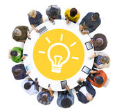 Mise en réseau sociale de personnes multi-ethniques avec le concept d'innovation Photographie stock