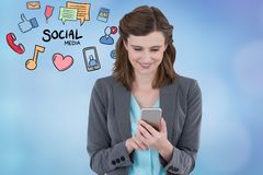 Mise en réseau sociale de sourire de femme d'affaires au téléphone intelligent Images stock