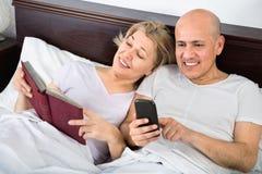 Mise en réseau sociale mûre de sourire heureuse de couples ensemble Photos stock