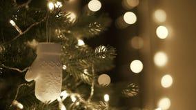 Mise femelle et décoration de Noël sur l'arbre de Noël clips vidéos