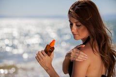 Mise sur de la lotion de bronzage Photo libre de droits