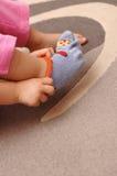 Mise sur des chaussettes image libre de droits