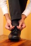 Mise sur des chaussures Image libre de droits