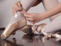 Mise sur des chaussures de ballet de pointe image libre de droits