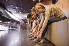 Mise sur des chaussures de bowling Images libres de droits