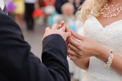 Mise sur l'anneau de mariage photos libres de droits