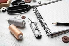 Mise sur pied des accessoires et du carnet sur la table Photo stock