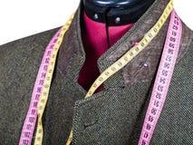 Mise sur pied du collier pour la veste en tweed sur le mannequin photo libre de droits