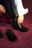 Mise sur une chaussure Images stock