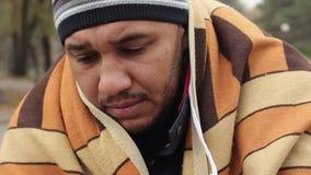 Miserabel gezicht van dakloos mannetje die met hoop camera bekijken, het bedelen armoede stock videobeelden