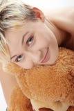 Miserabeles jugendlich Mädchen mit Teddybären Stockbild